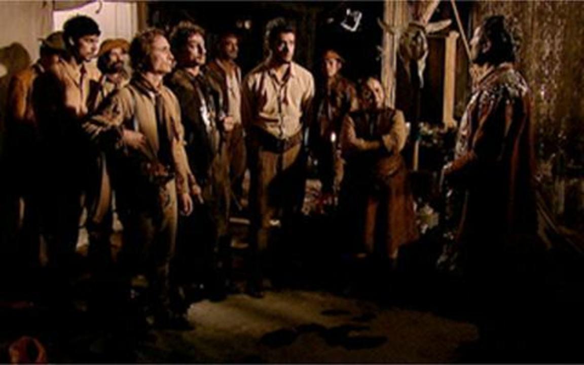 Capítulo de 27/05/2011 - Ao lado do delegado Batoré, Timóteo tenta invadir a casa de Miguézim para resgatar sua irmã Antônia, mas é impedida por Jesuíno e seus homens