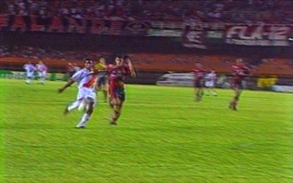 Em 1996, Internacional vence o Flamengo na estreia da dupla Romário e Bebeto