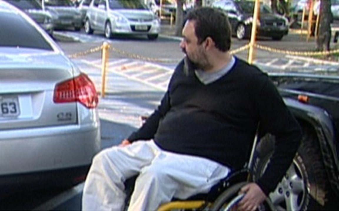Marcelo Yuka protesta contra o desrespeito às vagas destinadas a deficientes físicos