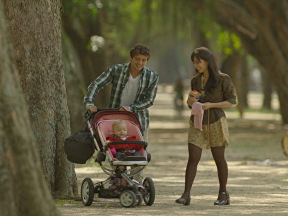 A Vida da Gente - capítulo de sábado, dia 12/11/2011, na íntegra - Rodrigo, Manu e Júlia se divertem em um parquinho
