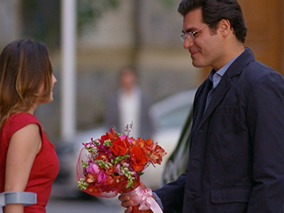 A Vida da Gente - Capítulo de terça-feira, 13/12/2011, na íntegra - Lúcio leva flores para Ana e Rodrigo vê tudo