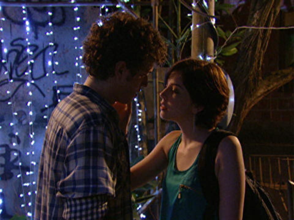 Malhação - capítulo de sexta-feira, dia 30/12/2011, na íntegra - Gabriel e Alexia quase se beijam