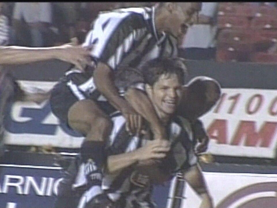 Em 2002, Santos faz 2 a 1 sobre o São Paulo pelas quartas do Campeonato Brasileiro