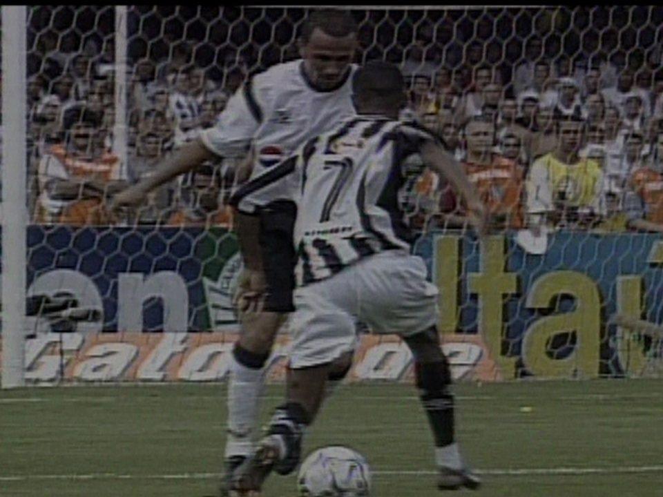 Em 2002, Robinho faz lance genial na final contra o Corinthians do Campeonato Brasileiro