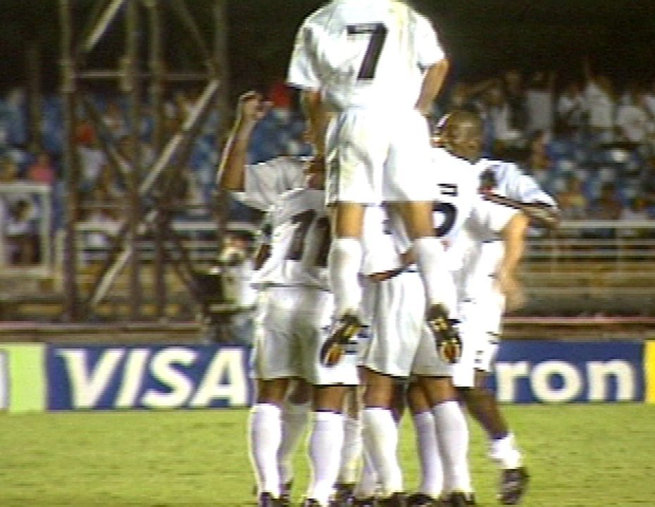 Em 2001, Vasco goleia o Botafogo por 7 a 0 em noite de Romário e Juninho Paulista