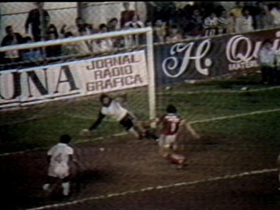 Em 1984, o goleiro Rodolfo Rodriguez, do Santos, faz defesas inacreditáveis
