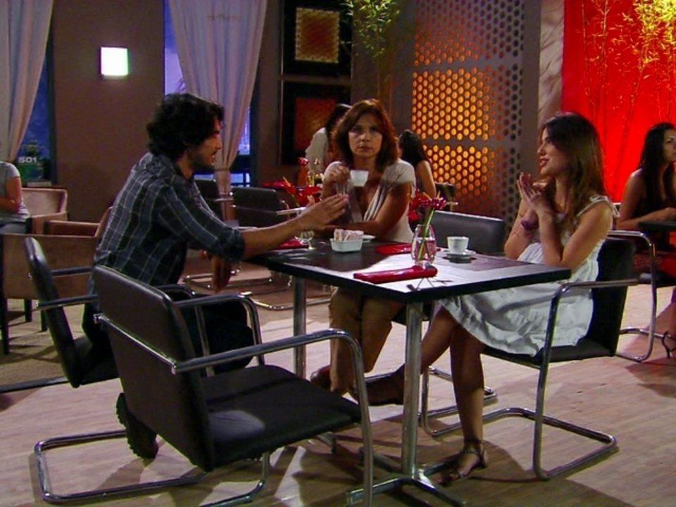 Malhação - Capítulo de quinta-feira, dia 26/07/2012, na íntegra - Cristal conta detalhes de seu casamento a jornalista