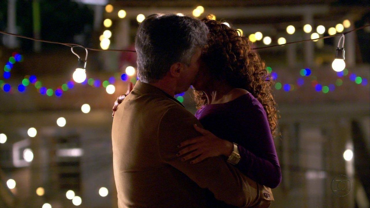 Cheias de Charme - capítulo de sexta feira, dia 03/08/2012, na íntegra - Otto e Penha se beijam