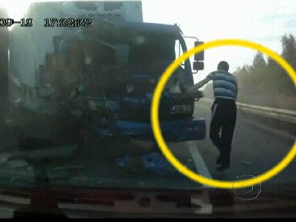 Motorista de caminhão escapa de forma incrível de acidente na Rússia