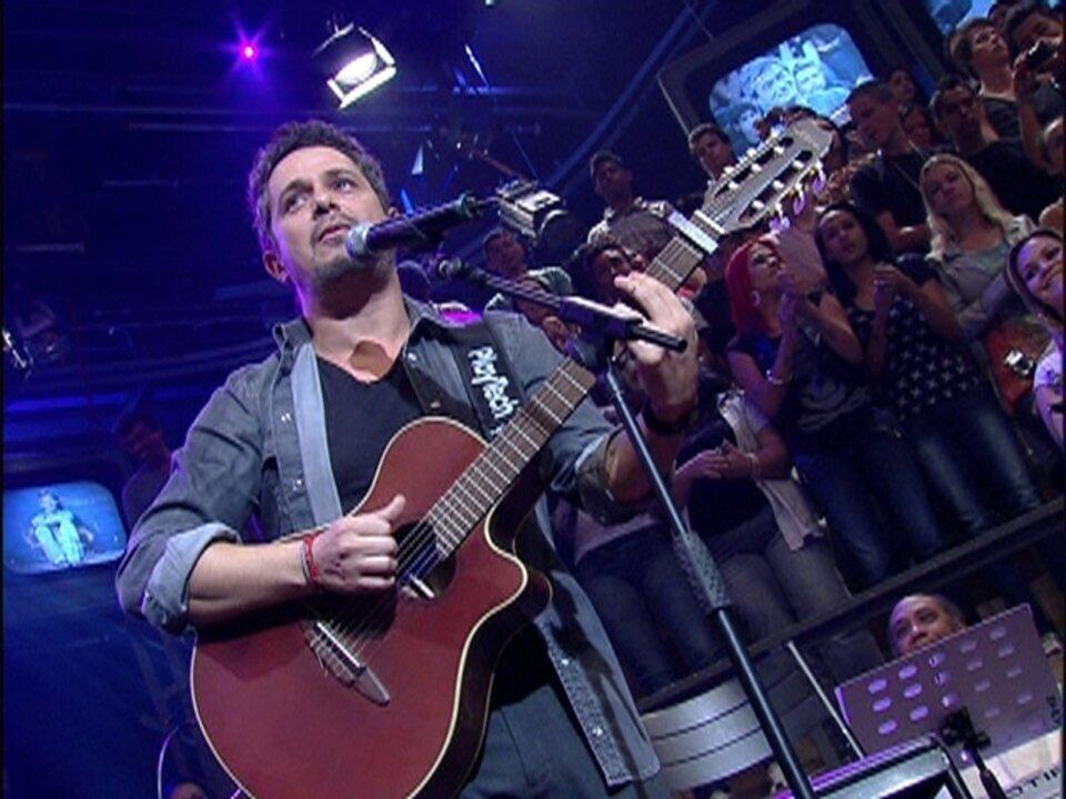 Alejandro Sanz faz a plateia cantar 'Corazón Partío' no 'Altas Horas'