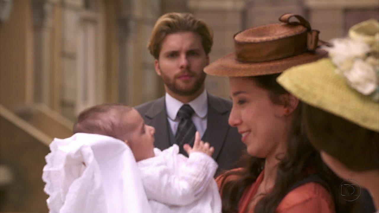 Lado a Lado - capítulo de terça-feira, dia 18/12/2012, na íntegra - Edgar fica sensibilizado ao ver Laura com um bebê no colo