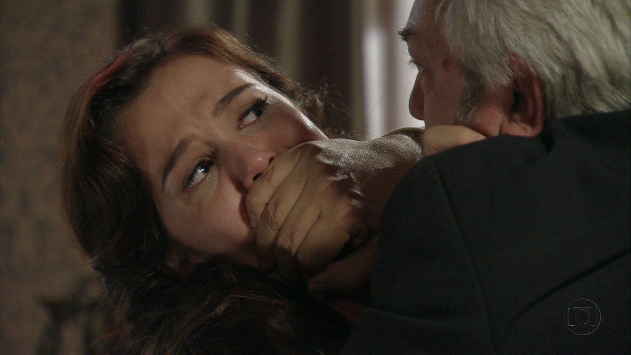 Lado a Lado - capítulo de quinta-feira, dia 10/01/2013, na íntegra - Laranjeiras tenta agarrar Laura à força