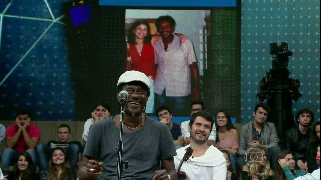 Luiz Melodia conversa com fã no quadro 15 Segundos de Fama, do programa 'Altas Horas'