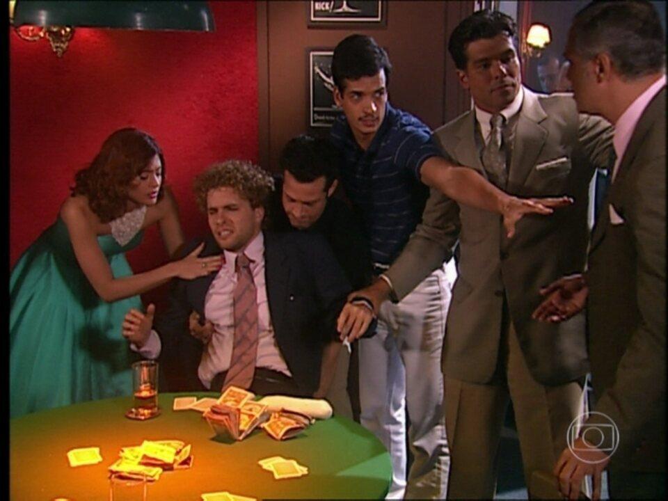 O Profeta - Capítulo de quarta-feira, dia 24/04/2013, na íntegra - Marcos vai jogar pôquer e usa seus poderes para ganhar. Ele sente uma forte dor de cabeça e desmaia