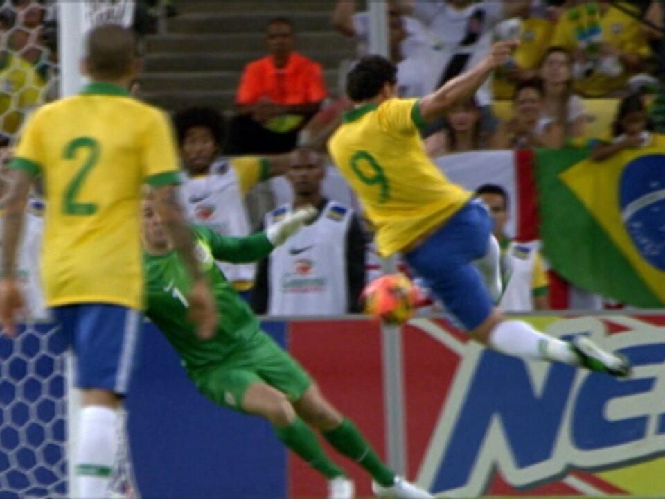Em 2013, Rooney fez golaço no empate entre Inglaterra e Brasil, na reabertura do Maracanã