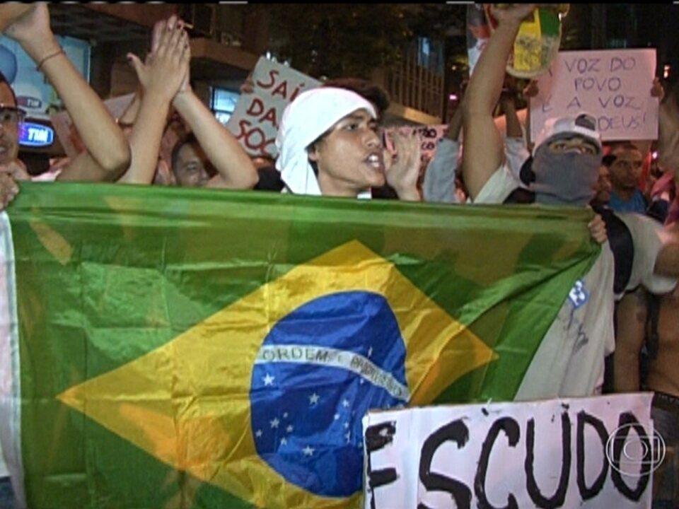 Milhares de pessoas fazem passeata no Rio de Janeiro