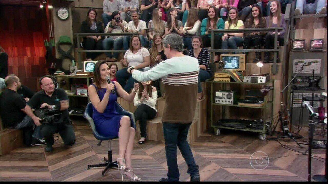 Laura Müller ganha uma calcinha de um menino da plateia
