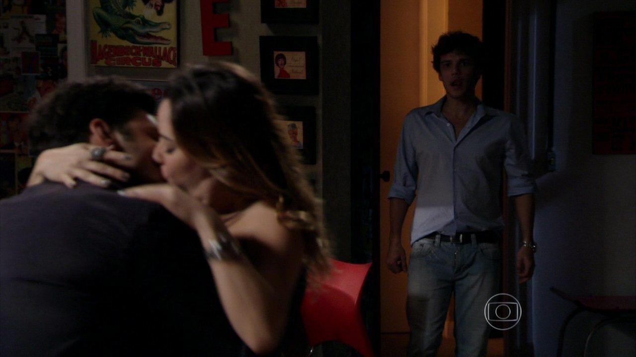 Sangue Bom - capítulo de quinta-feira, dia 26/09/2013, na íntegra - Maurício invade a Crash Mídia ao ver Érico e Malu se beijando
