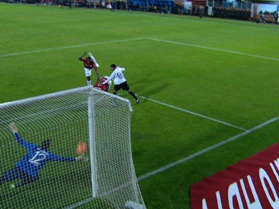 Juan cabeceia da pequena área e Wéverton faz grande defesa, aos 18 do 2º tempo