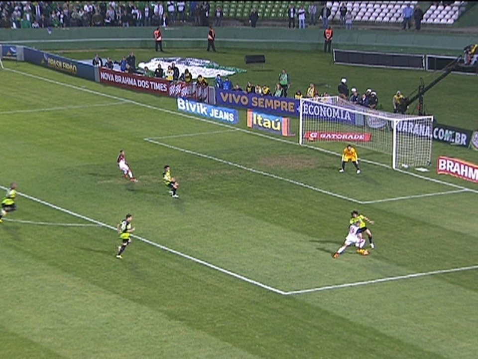 Paulinho faz linda jogada pela direita, mas ninguém aproveita na área aos 34 do 1º tempo