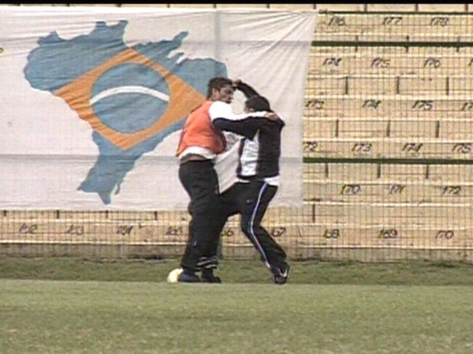 Em 2005, Tevez e Marquinhos brigam durante treino do Corinthians