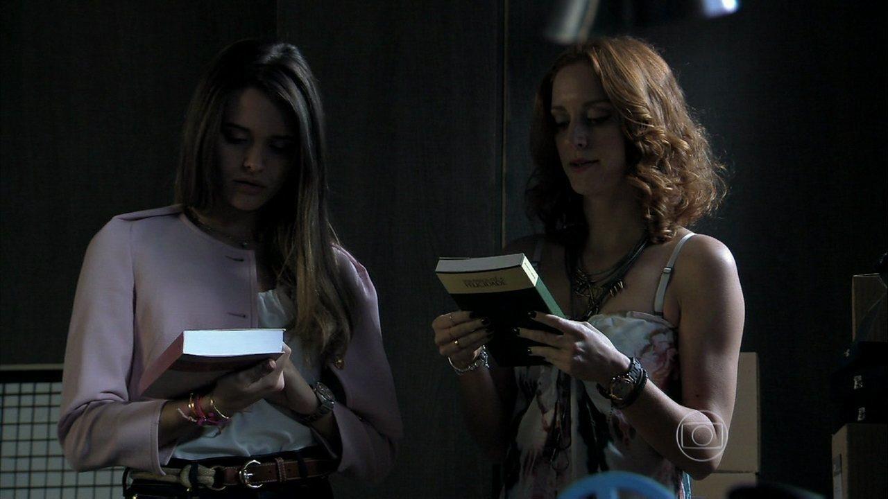 Além do Horizonte - capítulo de sexta-feira, dia 08/11/2013, na íntegra - Lili encontra, em uma caixa de seu pai, o mesmo livro que William achou no galpão