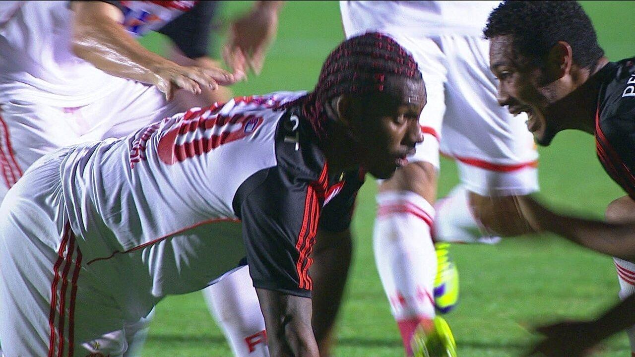 Gol do Flamengo! Amaral acerta uma bomba de fora da área aos 29 do 1º tempo