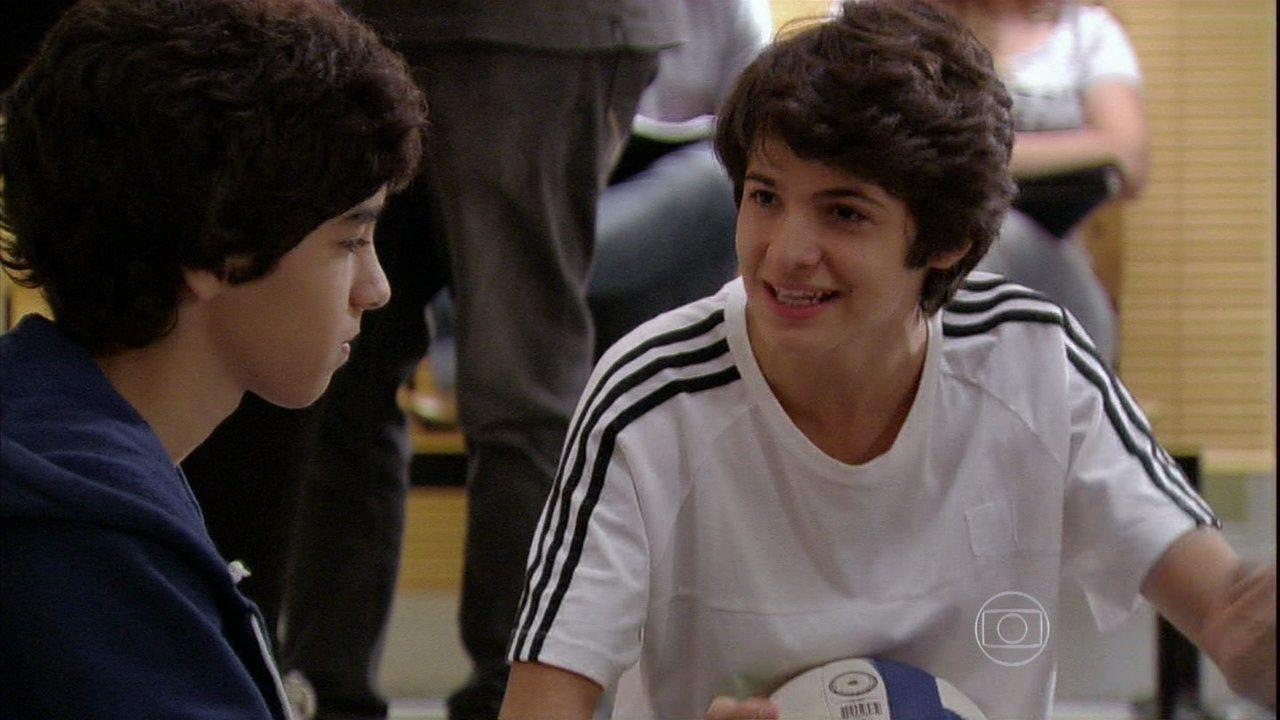 Malhação - Capítulo de quarta-feira, dia 11/12/2013, na íntegra - Vitor pede ajuda a Guilherme em uma serenata para Clara