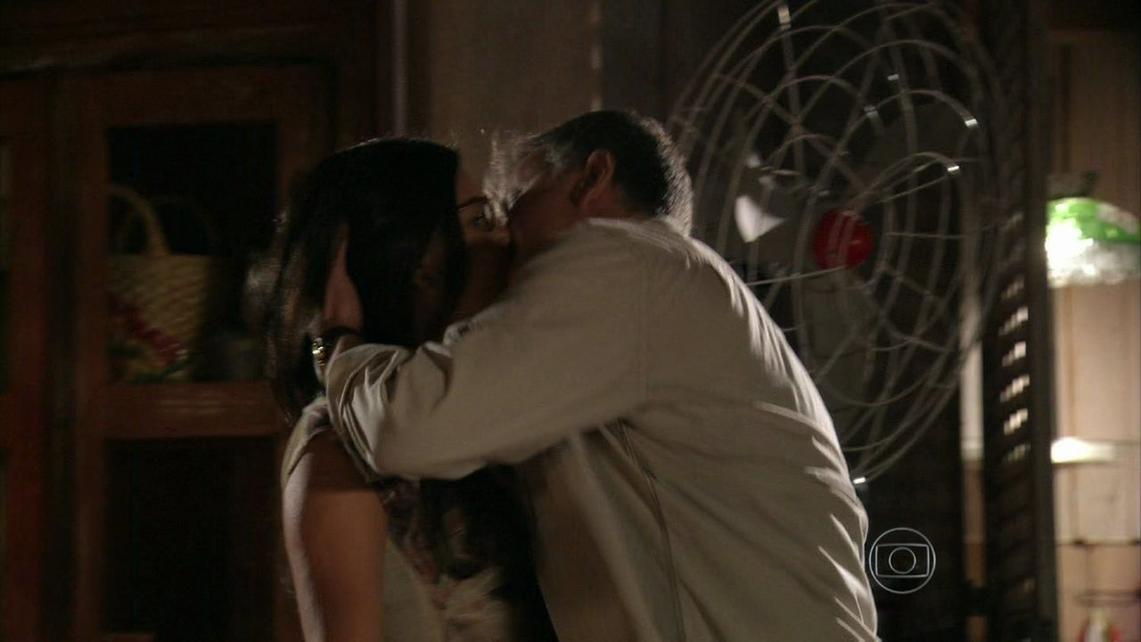 Além do Horizonte - capítulo de segunda feira, dia 23/12/2013, na íntegra - Kléber beija Celina à força