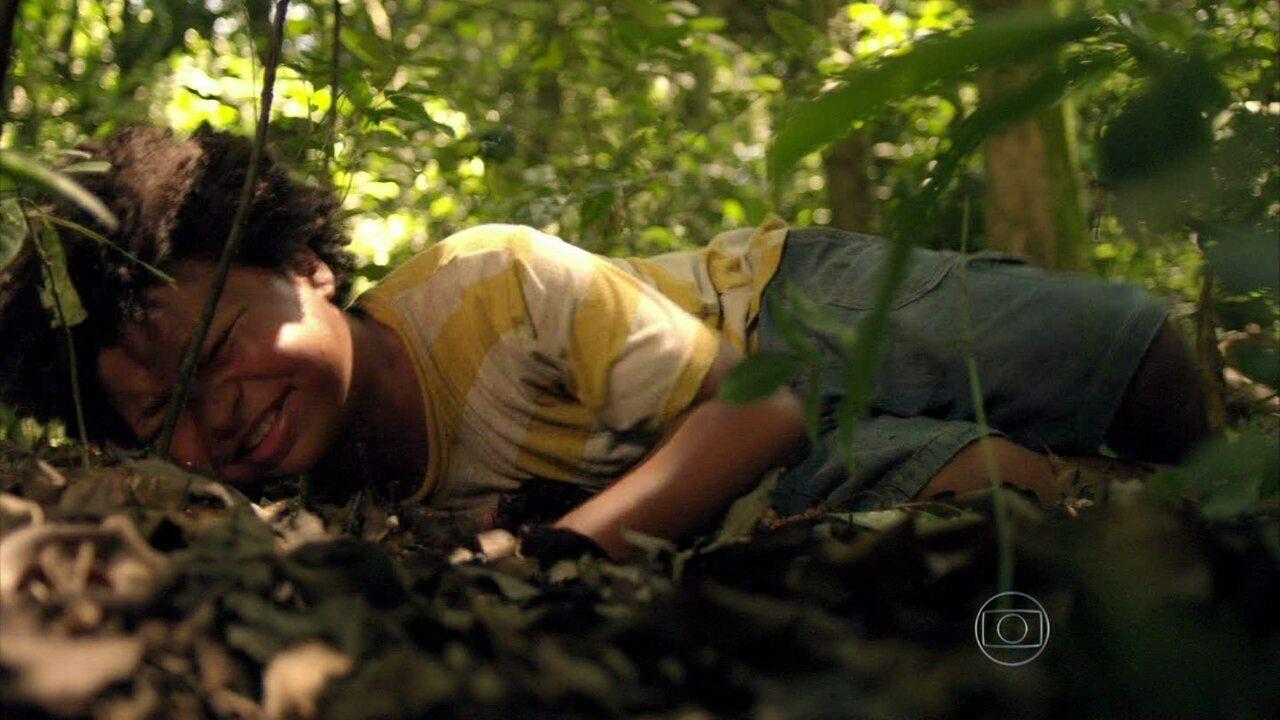 Além do Horizonte - Capítulo de quinta-feira, dia 02/01/2014, na íntegra - Nilson desmaia ao ser picado por uma cobra