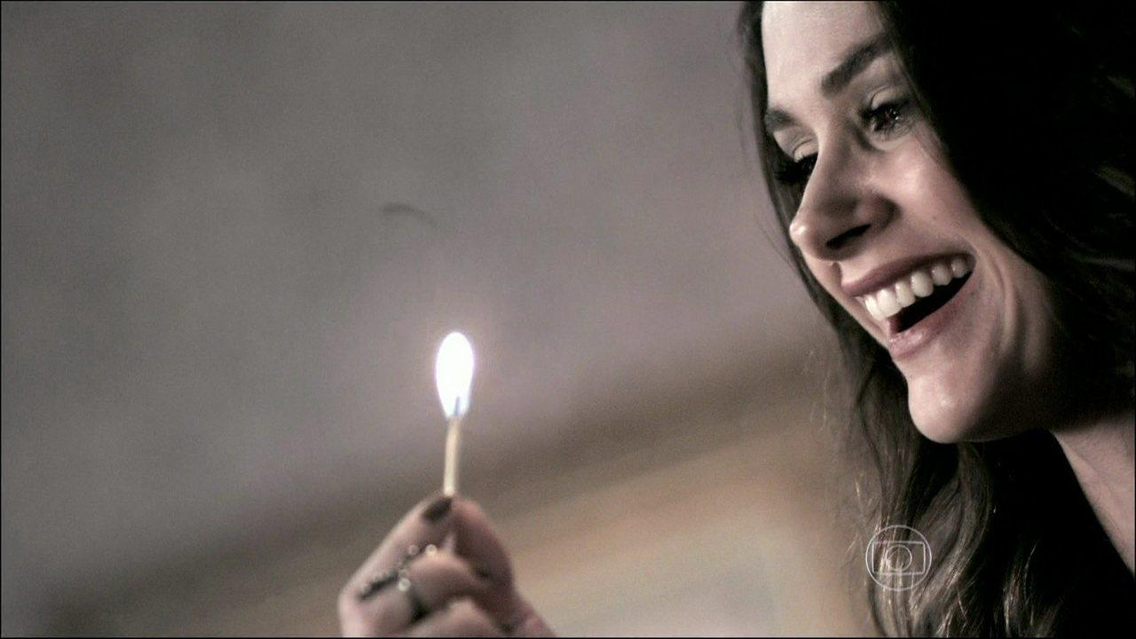 Amor à Vida - Capítulo de sábado, dia 11/01/2014, na íntegra - Leila invade a casa de Nicole, agride Natasha e ateia fogo na mansão