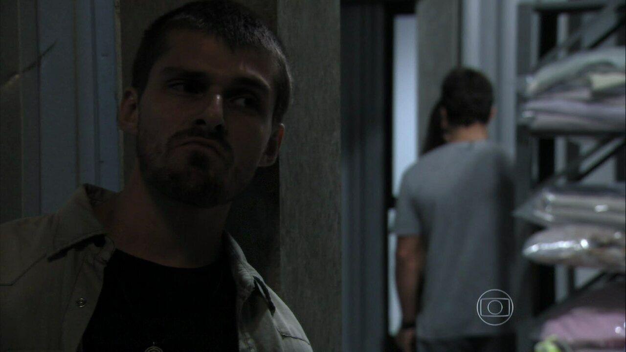 Além do Horizonte - capítulo de quinta-feira, dia 16/01/2014, na íntegra - Vinícius ouve William falar para Lili que quer deixar a Comunidade