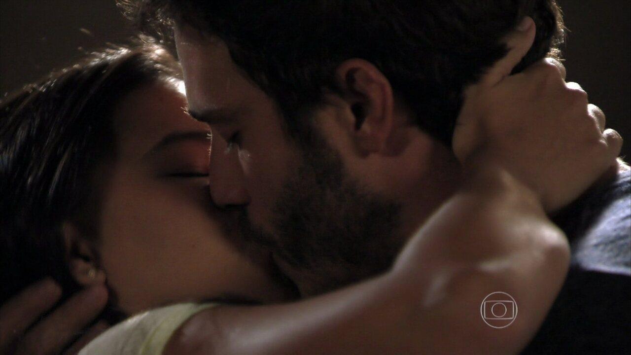Além do Horizonte - capítulo de segunda-feira, dia 03/02/2014, na íntegra - William e Celina se beijam