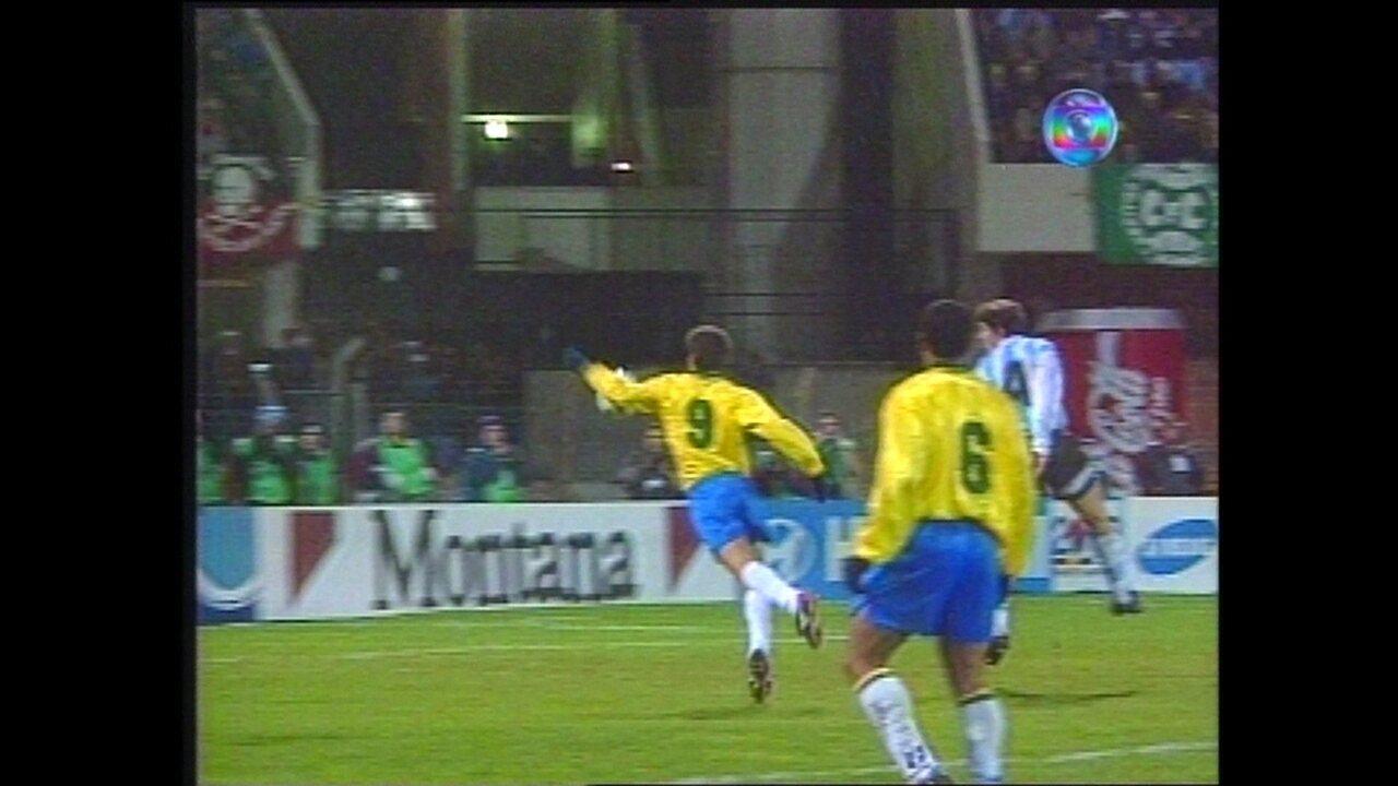 Em 1995, Túlio marca contra a Argentina na Copa América após ajeitar a bola com o braço