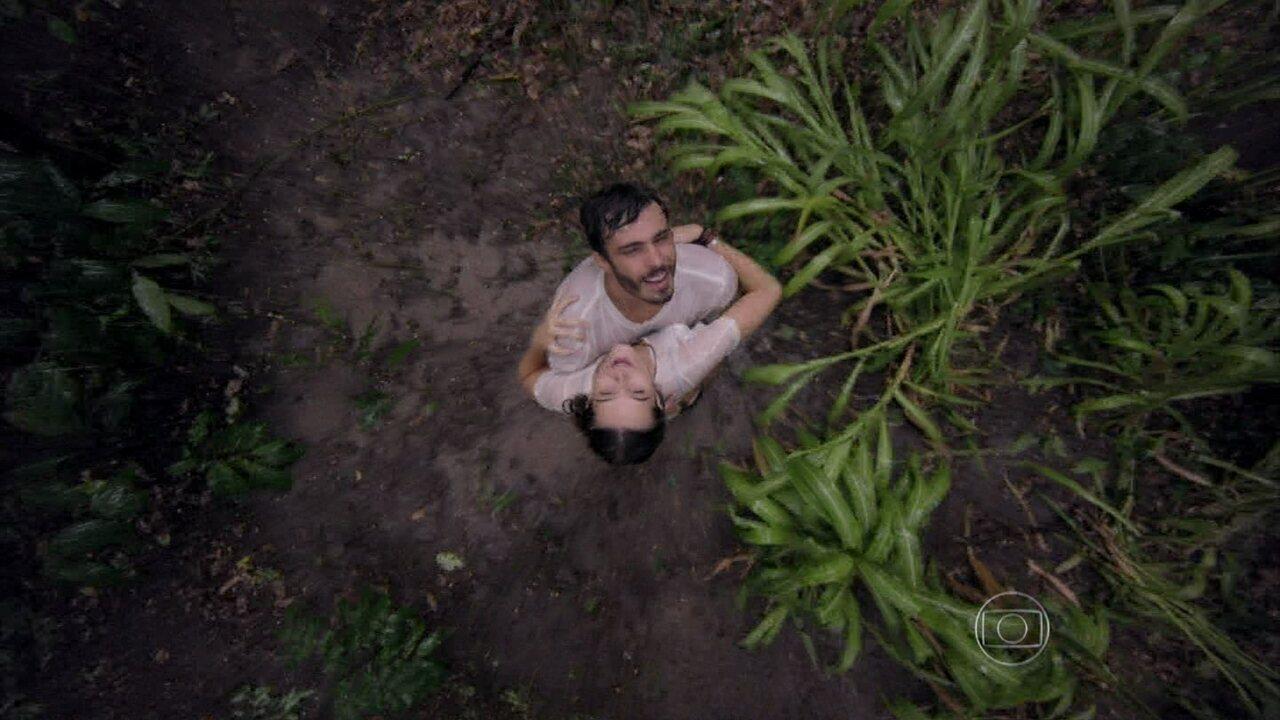 Além do Horizonte - Capítulo de Quinta-Feira, dia 06/03/2014, na íntegra - Lili e William se divertem tomando banho de chuva