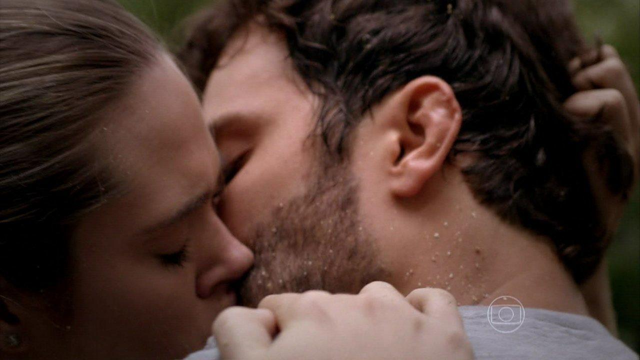 Além do Horizonte - capítulo de sexta feira, dia 07/03/2014, na íntegra - William salva Lili, e os dois se beijam