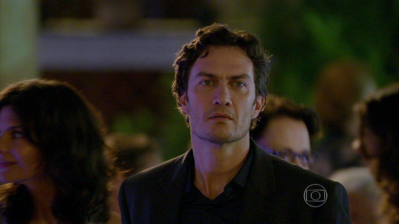 Em Família - Capítulo de Sábado, 08/03/2014, na íntegra - Laerte e Helena trocam olhares