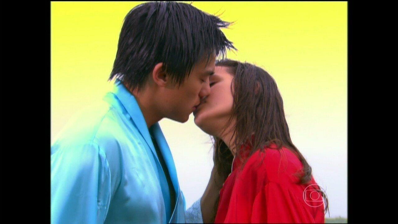 Bruna Marquezine revê primeiro beijo que deu na TV