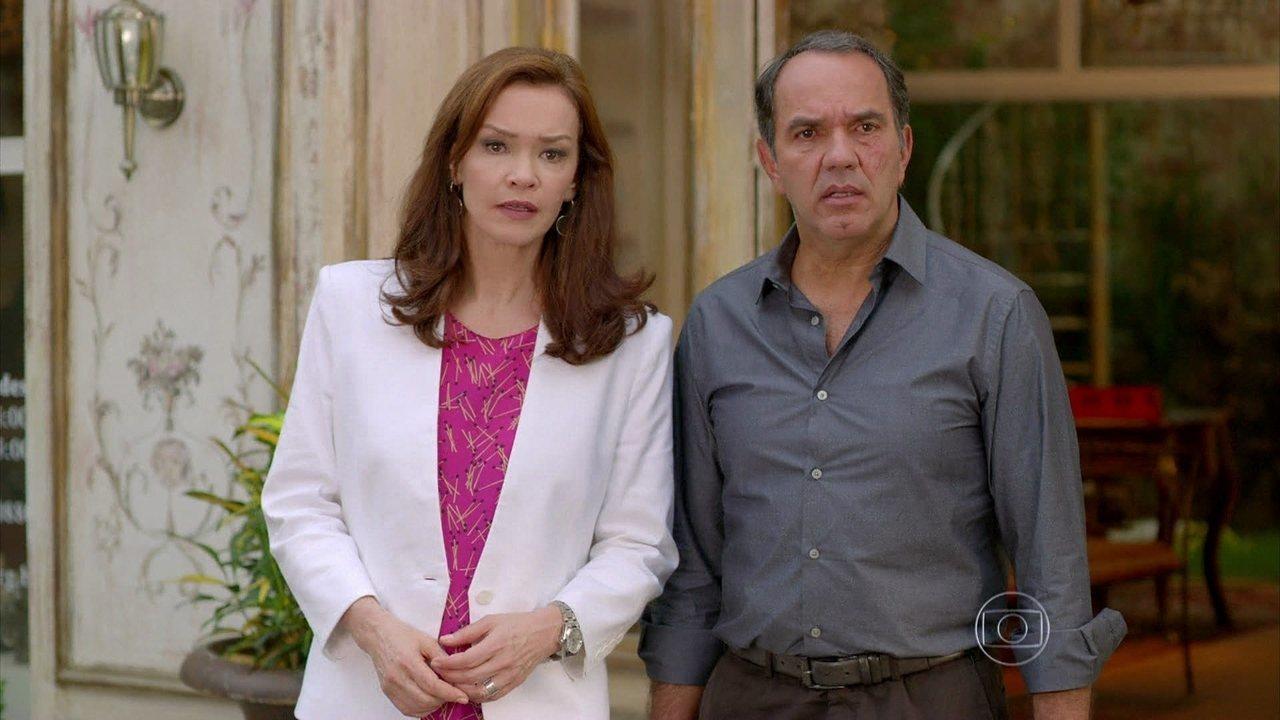 Em Família - Capítulo de sexta-feira, dia 04/04/2014, na íntegra - Helena se irrita ao ver Luiza saindo do carro de Shirley