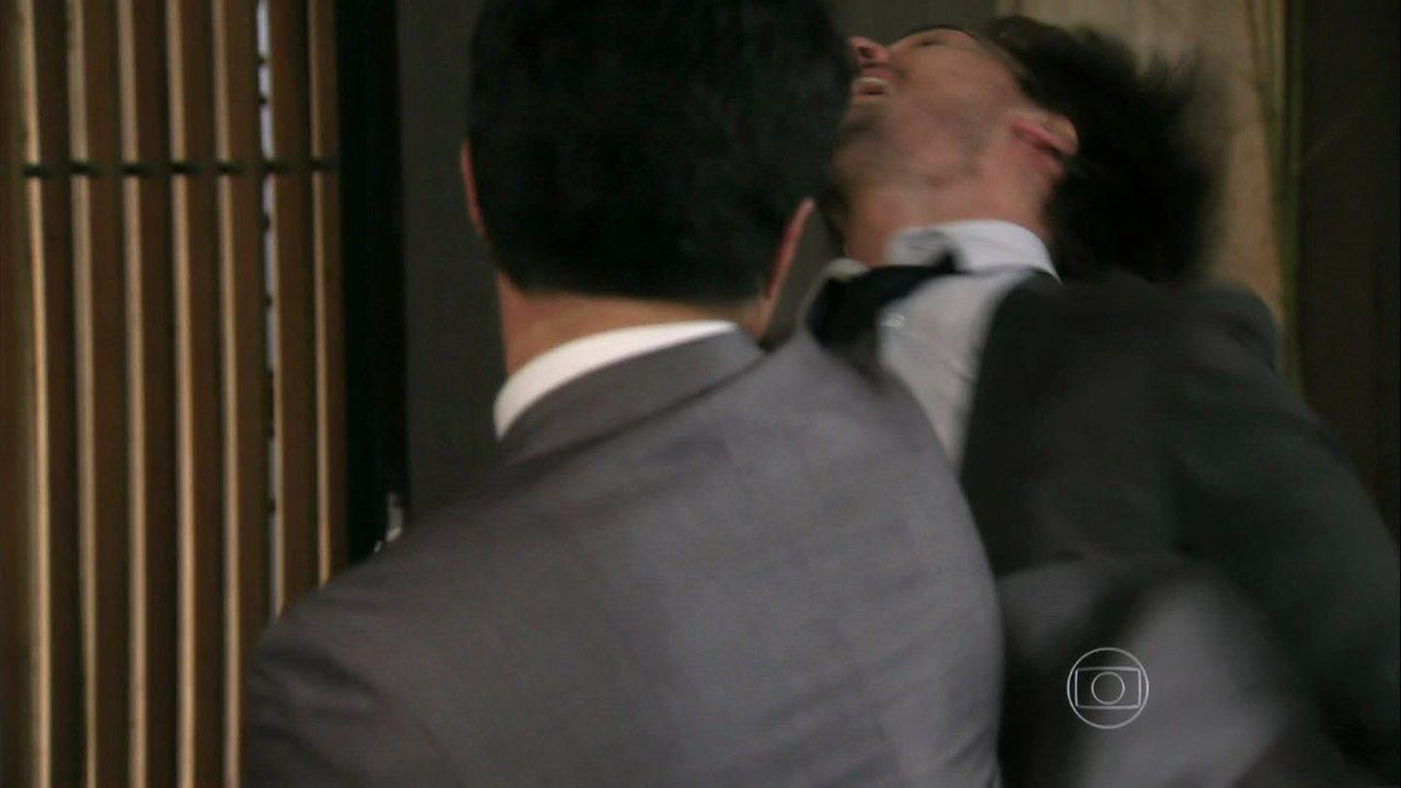 Além do Horizonte - capítulo de segunda-feira, dia 07/04/2014, na íntegra - Kléber invade a casa de Vó Tita e impede LC de agredir Fátima
