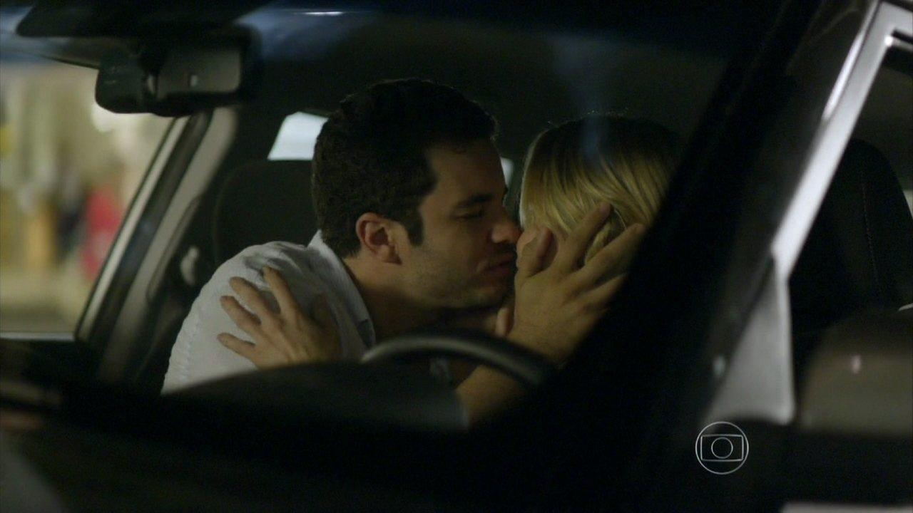 Em Família - Capítulo de segunda-feira, dia 21/04/2014, na íntegra - Felipe beija Silvia