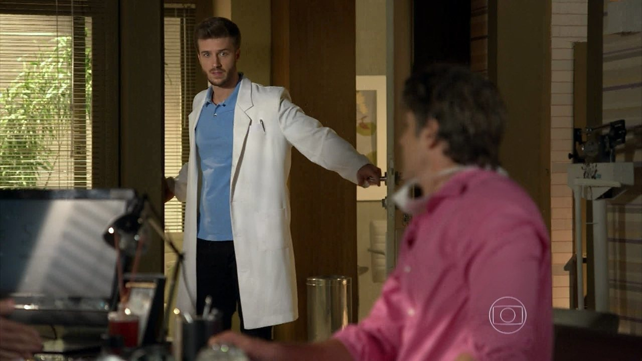 Em Família - Capítulo de segunda-feira, dia 02/06/2014, na íntegra - Silvia e Cadu são flagrados de mãos dadas