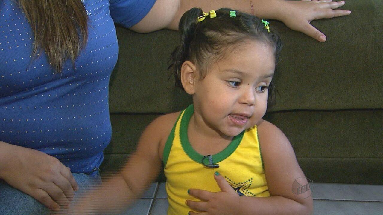 Em 2014, Evelyn, com 2 anos, cantou o hino nacional completo