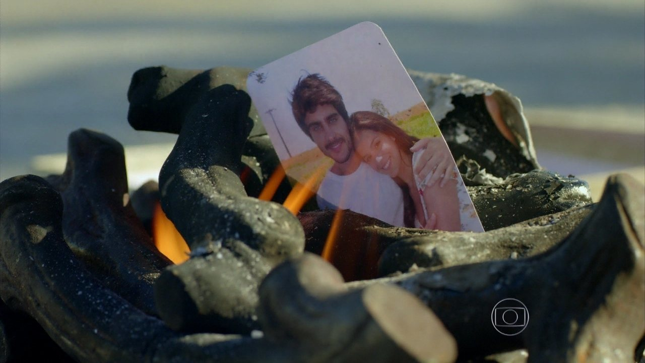 Em Família - Capítulo de segunda-feira, dia 09/06/2014, na íntegra - Helena queima passado com Laerte
