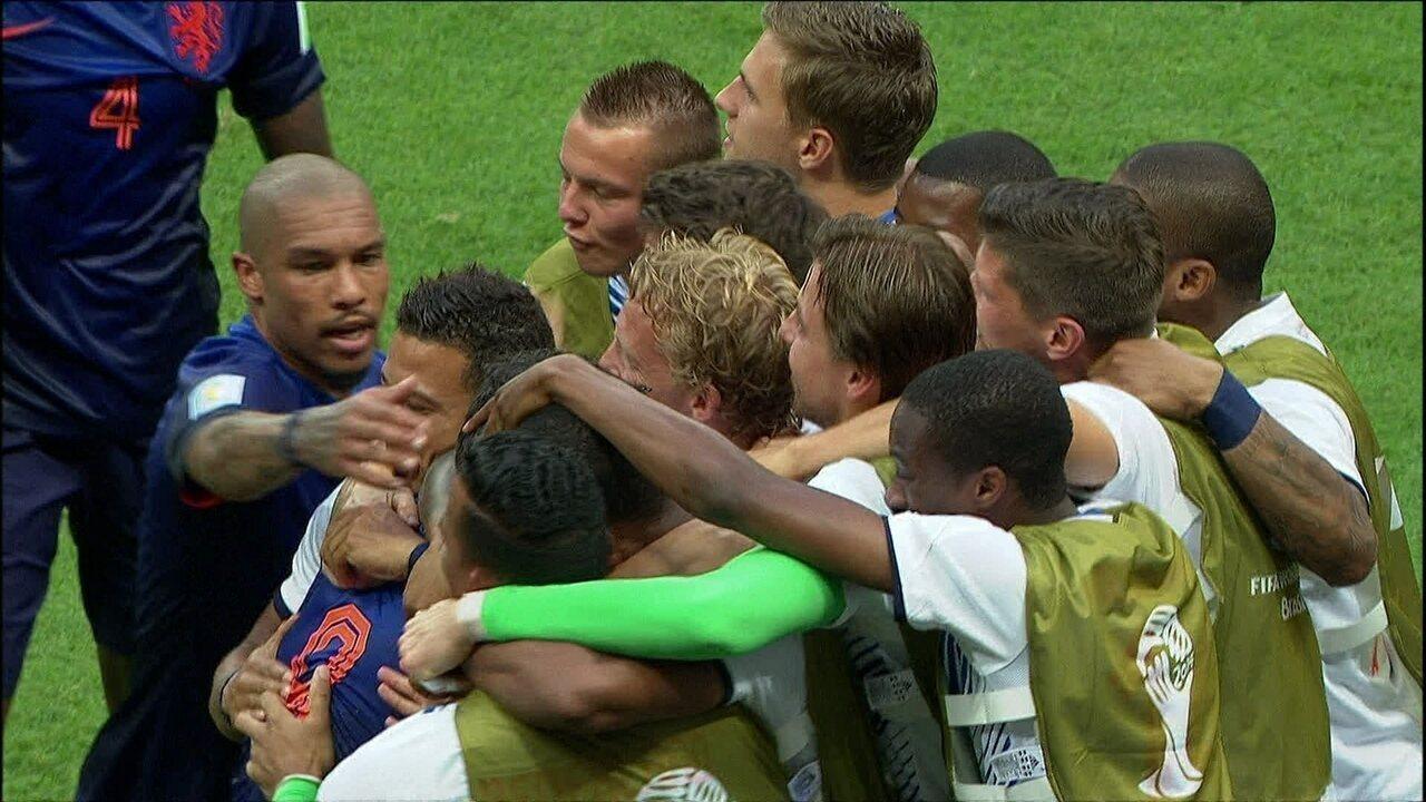 Gol da Holanda! Van Persie surpreende, cabeceia e encobre Casillas, aos 43 do 1º tempo