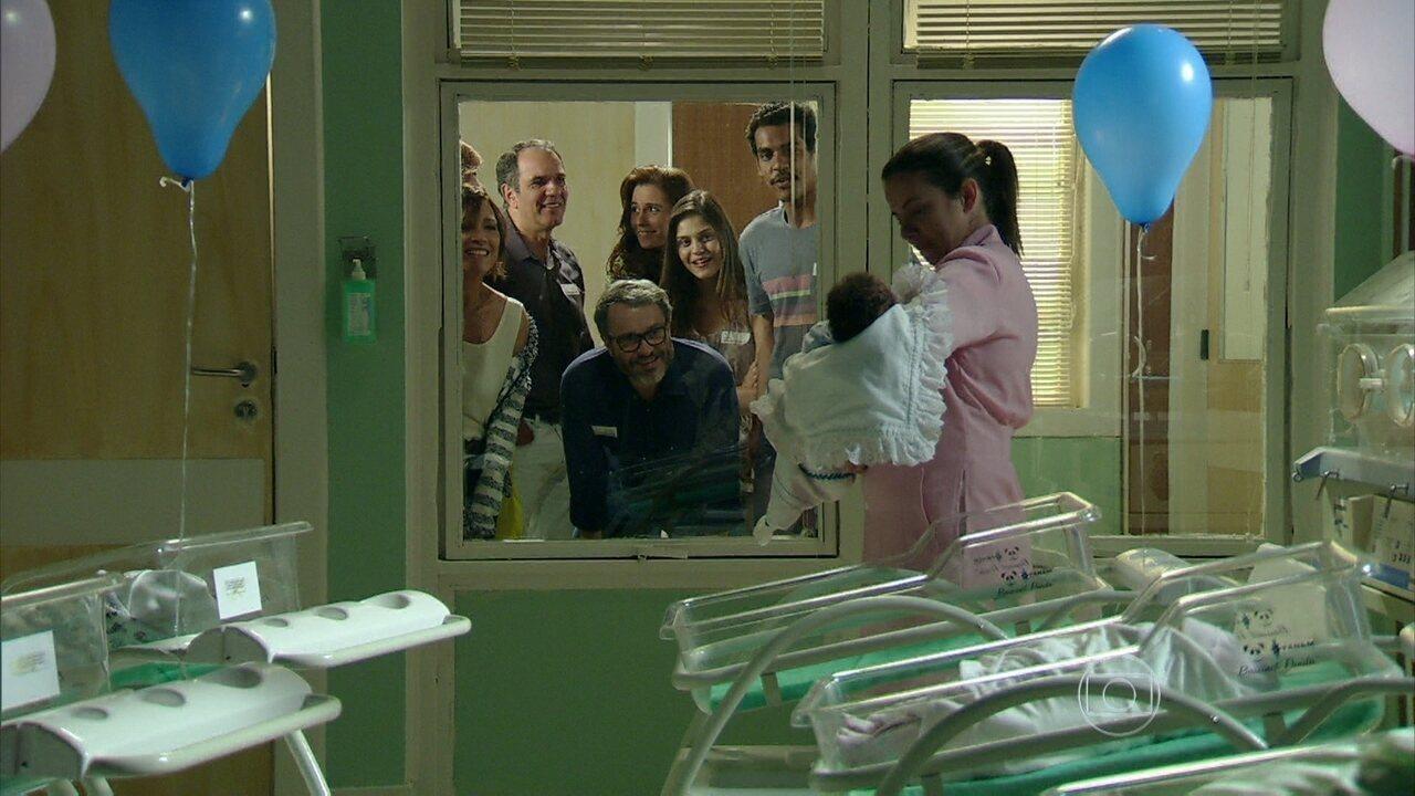 Em Família - Capítulo de terça-feira, dia 01/07/2014, na íntegra - Juliana dá à luz um menino