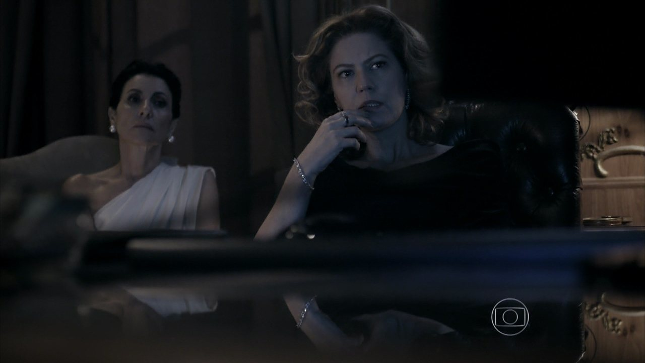 Capítulo de 22/07/2014 - Bruno mostra para Angela e Gilda um vídeo comprometedor de Braga e Bernardo