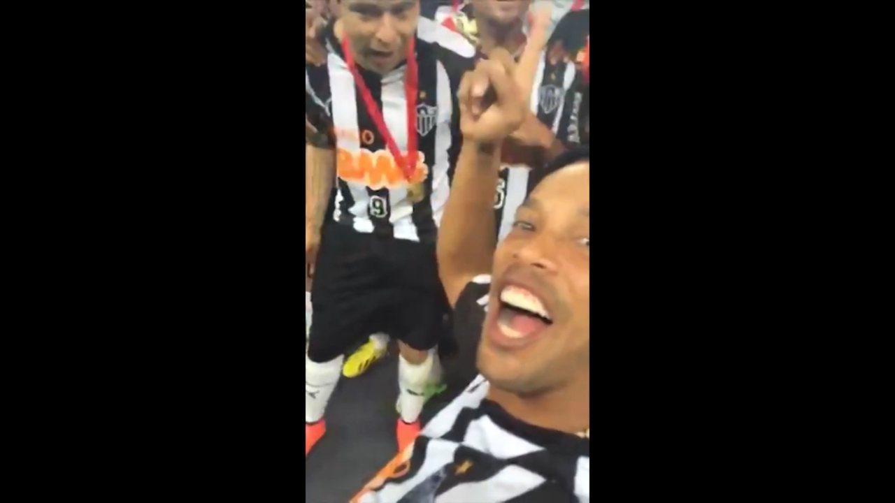 Ronaldinho Gaúcho grava a festa da torcida e dos jogadores na comemoração da Recopa