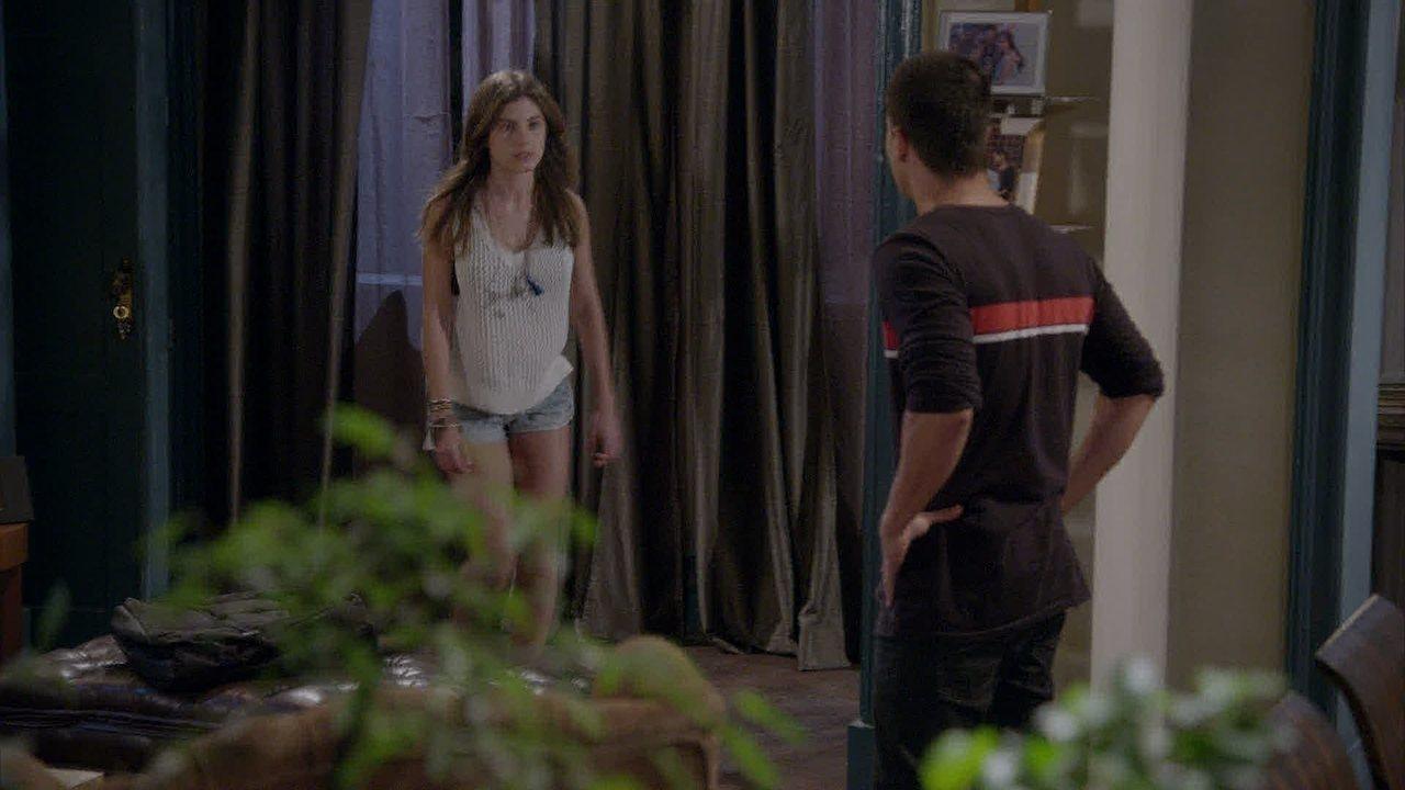 Malhação - capítulo de quinta-feira, dia 31/07/2014, na íntegra - Karina acorda de um pesadelo e percebe que a irmã não está no quarto