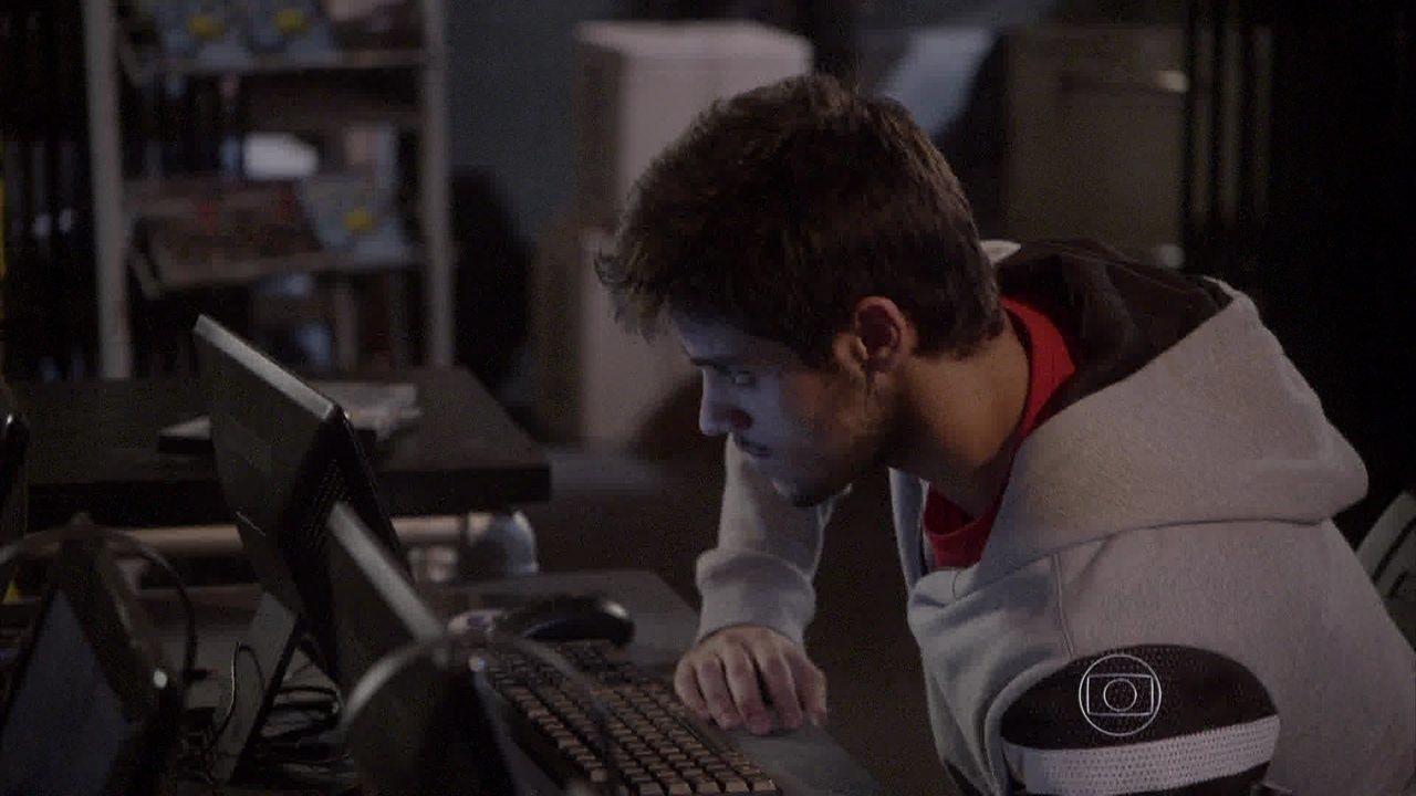 Malhação - capítulo de quinta-feira, dia 18/09/2014, na íntegra - Cobra faz uma cópia do videobook de Bianca